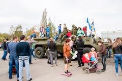 Perm, Ρωσία - 9 Μαΐου 2016: Τα παιδιά κάθονται στα στρατιωτικά οχήματα Στοκ φωτογραφία με δικαίωμα ελεύθερης χρήσης