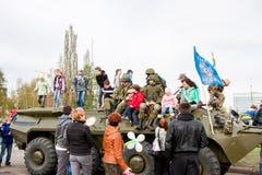 Perm, Ρωσία - 9 Μαΐου 2016: Τα παιδιά κάθονται στα στρατιωτικά οχήματα Στοκ Εικόνες