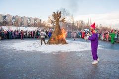 PERM, ΡΩΣΊΑ - 13 Μαρτίου 2016: Καίγοντας ομοιώματα καρναβαλιού Στοκ Φωτογραφίες