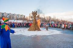 PERM, ΡΩΣΊΑ - 13 Μαρτίου 2016: Καίγοντας ομοιώματα καρναβαλιού Στοκ Εικόνα
