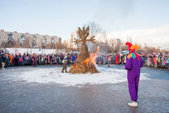PERM, ΡΩΣΊΑ - 13 Μαρτίου 2016: Καίγοντας ομοιώματα καρναβαλιού Στοκ φωτογραφία με δικαίωμα ελεύθερης χρήσης