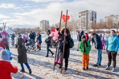 PERM, ΡΩΣΊΑ - 13 Μαρτίου 2016: Κορίτσι στα ξυλοπόδαρα Στοκ Εικόνες