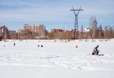 Perm, Ρωσία - 11 Μαρτίου 2017: Οι ψαράδες πιάνουν τα ψάρια Στοκ Εικόνα