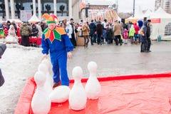 PERM, ΡΩΣΊΑ - 13 Μαρτίου 2016: Παιδιά που παίζουν skittles Στοκ φωτογραφία με δικαίωμα ελεύθερης χρήσης