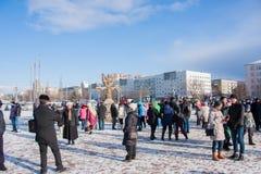 PERM, ΡΩΣΊΑ - 13 Μαρτίου 2016: Πολλοί άνθρωποι στο τετράγωνο Στοκ Φωτογραφίες