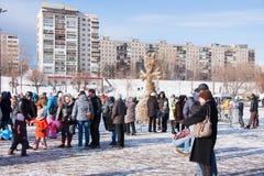 PERM, ΡΩΣΊΑ - 13 Μαρτίου 2016: Πολλοί άνθρωποι στο τετράγωνο Στοκ Φωτογραφία
