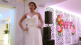 PERM, ΡΩΣΊΑ - 12 ΦΕΒΡΟΥΑΡΊΟΥ 2017: Αρκετά πρότυπη νύφη στο στενό διάδρομο στο γάμο δίκαιο Perm 2017 απόθεμα βίντεο