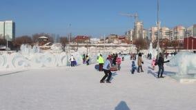 PERM, ΡΩΣΊΑ - 14 ΦΕΒΡΟΥΑΡΊΟΥ 2016: Γλυπτά πάγου και άνθρωποι, πόλη πάγου σε Perm - παραδοσιακή χειμερινή έλξη απόθεμα βίντεο