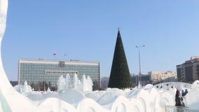 PERM, ΡΩΣΊΑ - 14 ΦΕΒΡΟΥΑΡΊΟΥ 2016: Γλυπτά πάγου και χριστουγεννιάτικο δέντρο, πόλη πάγου σε Perm - παραδοσιακή χειμερινή έλξη φιλμ μικρού μήκους