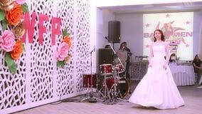 PERM, ΡΩΣΊΑ - 12 ΦΕΒΡΟΥΑΡΊΟΥ 2017: Επίδειξη μόδας των γαμήλιων φορεμάτων στο γάμο δίκαιο Perm 2017 απόθεμα βίντεο