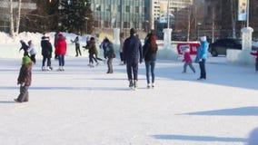PERM, ΡΩΣΊΑ - 14 ΦΕΒΡΟΥΑΡΊΟΥ 2016: Οι άνθρωποι στηρίζονται στην αίθουσα παγοδρομίας πάγου στην πόλη πάγου, πόλη πάγου σε Perm - π απόθεμα βίντεο