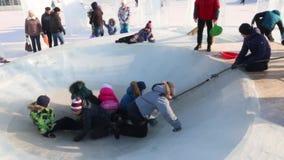 PERM, ΡΩΣΊΑ - 14 ΦΕΒΡΟΥΑΡΊΟΥ 2016: Παιδιά στο μεγάλο πιάτο πάγου, πόλη πάγου σε Perm - παραδοσιακή χειμερινή έλξη απόθεμα βίντεο