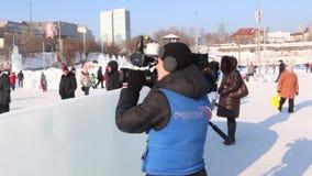 PERM, ΡΩΣΊΑ - 14 ΦΕΒΡΟΥΑΡΊΟΥ 2016: Ρωσικές εργασίες δημοσιογράφων τηλεόρασης στην πόλη πάγου, φιλμ μικρού μήκους