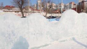 PERM, ΡΩΣΊΑ - 14 ΦΕΒΡΟΥΑΡΊΟΥ 2016: Τοίχος πάγου στην πόλη πάγου, πόλη πάγου σε Perm - παραδοσιακή χειμερινή έλξη απόθεμα βίντεο
