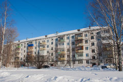 PERM, ΡΩΣΊΑ, 06 FEB, 2016: Χειμερινό τοπίο με ένα σπίτι πέντε-ιστορίας Στοκ Εικόνες