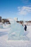 PERM, luty, 06 2016: lodowa rzeźba niedźwiedź na esplanadzie Obrazy Royalty Free