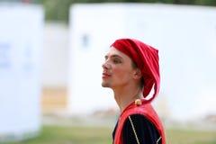 PERM ROSJA, CZERWIEC, - 25, 2014: Męski błazen z czerwonym kapeluszem obraz royalty free