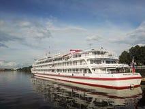 Perm, Rosja, Czerwiec 2017 Projekt jest podróżny w Rosja Kama rzeka, Ural, statek Maksim Gorky na doku Zdjęcie Royalty Free