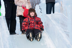 PERM, ROSJA, Feb, 06 2016: Chłopiec jedzie zamarzniętego wzgórze, miastowy espl Fotografia Stock