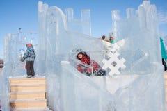 PERM ROSJA, Feb, -, 06 2016: Chłopiec z lodową rzeźbą Fotografia Royalty Free