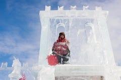 PERM, ROSJA Feb, 06 2016: Chłopiec z lodową rzeźbą Zdjęcie Royalty Free