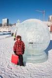 PERM, ROSJA, Feb, 06 2016: Chłopiec stojaki w round lodowy sculptu Fotografia Stock