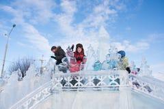 PERM, ROSJA, Feb, 06 2016: Dzieci na lodowatym wzgórzu, miastowy esplanada Zdjęcia Stock