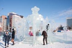 PERM ROSJA, Feb, -, 06 2016: Rodzina fotografuje w lodowym samowarze Zdjęcie Stock