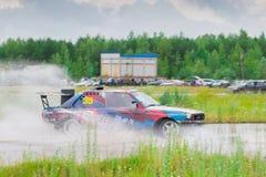 PERM ROSJA, JUL, - 22, 2017: Dryfujący samochód na mokrym śladzie Obrazy Royalty Free