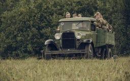 PERM ROSJA, LIPIEC, - 30, 2016: Dziejowy reenactment druga wojna światowa, lato, 1942 Radzieccy żołnierze w ciężarówce Zdjęcie Stock