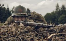 PERM ROSJA, LIPIEC, - 30, 2016: Dziejowy reenactment druga wojna światowa, lato, 1942 Radziecki żołnierz z karabinem Zdjęcie Stock