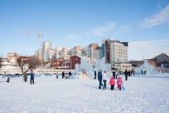 PERM, Rosja, Luty, 06 2016: dorosli z dziećmi w lodowatym Fotografia Stock