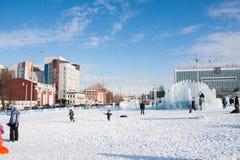 PERM, Rosja, Luty, 06 2016: dorosli z dziećmi w lodowatym Obraz Royalty Free