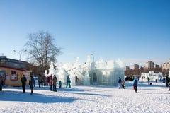 PERM Rosja, Luty, -, 06 2016: dorosli z dziećmi w lodowatym miasteczku Obrazy Stock