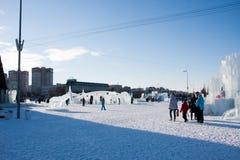 PERM, Rosja, Luty, 06 2016: dorosli z dziećmi w lodowatym miasteczku Zdjęcia Stock