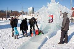 PERM, Rosja, Luty, 06 2016: dorosli z dziećmi w lodowatym miasteczku Obrazy Royalty Free