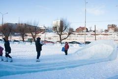 PERM, Rosja, Luty, 06 2016: dorosli z dziećmi w lodowatym miasteczku Obraz Stock