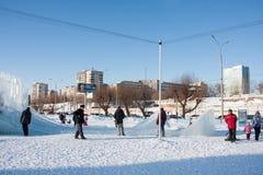 PERM, Rosja, Luty, 06 2016: dorosli z dziećmi w lodowatym miasteczku Zdjęcie Royalty Free