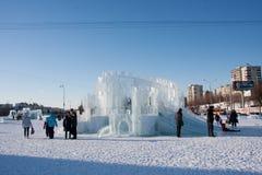 PERM, Rosja, Luty, 06 2016: dorosli z dziećmi w lodowatym miasteczku Fotografia Stock