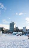 PERM, Rosja, Luty, 06 2016: dorosli z dziećmi w lodowatym miasteczku Fotografia Royalty Free