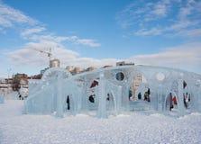 PERM, Rosja, Luty, 06 2016: dzieci w lodowatym miasteczku na esplanadzie Fotografia Royalty Free