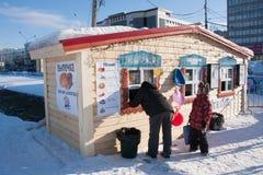 PERM Rosja, Luty, -, 06 2016: ludzie zakupu jedzenia przy fastem food Zdjęcie Royalty Free