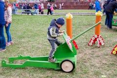 Perm Rosja, Maj, - 09 2016: Chłopiec na zabawkarskim maszynowym pistolecie na holida Obrazy Stock