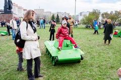 Perm Rosja, Maj, - 09 2016: Dzieci siedzą na zabawkarskim zbiorniku Zdjęcia Stock