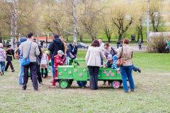 Perm Rosja, Maj, - 09 2016: Dziecko sztuka zielenieje zabawkarskiego samochód Zdjęcia Royalty Free