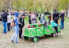 Perm Rosja, Maj, - 09 2016: Dziecko sztuka zielenieje zabawkarskiego samochód Obraz Royalty Free