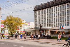 Perm Rosja, Maj, - 09 2016: Ludzie spaceru wzdłuż alei Obrazy Stock
