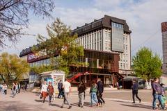 Perm Rosja, Maj, - 09 2016: Ludzie spaceru wzdłuż alei Fotografia Stock