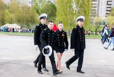 Perm Rosja, Maj, - 09 2016: Młodzi ucznie w postaci iść Obraz Stock