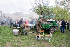 Perm Rosja, Maj, - 09 2016: Śródpolna kuchnia z militarnym porrid Zdjęcia Stock